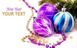 Hintergrund des neuen Jahres mit Dekorationskugeln Stockfotografie