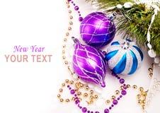 Hintergrund des neuen Jahres mit Dekorationskugeln Stockfotos
