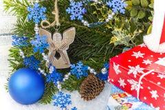Hintergrund des neuen Jahres mit dekorativen Niederlassungen und Spielwaren Stockbilder