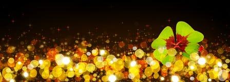Hintergrund des neuen Jahres mit dem Klee und dem Marienkäfer mit vier Blättern Lizenzfreie Stockbilder