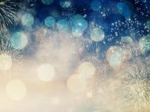 Hintergrund des neuen Jahres mit Feuerwerken und Lichterkette Lizenzfreie Stockfotos