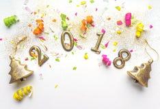 Hintergrund des neuen Jahres 2018 mit Konfettis, Scheine, Serpentinen auf Weiß Draufsicht, Nahaufnahme Festliche Grußkarte mit Ko Lizenzfreies Stockfoto