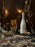 Hintergrund des neuen Jahres mit Stern plätschern und Wunderkerze und verschiedene Einzelteile des neuen Jahres lizenzfreie stockfotos