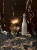 Hintergrund des neuen Jahres mit Stern plätschern und Wunderkerze und verschiedene Einzelteile des neuen Jahres stockfoto