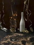 Hintergrund des neuen Jahres mit Stern plätschern und Wunderkerze und verschiedene Einzelteile des neuen Jahres stockfotografie
