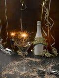 Hintergrund des neuen Jahres mit Stern plätschern und Wunderkerze und verschiedene Einzelteile des neuen Jahres stockbild