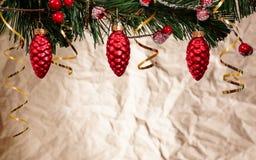 Hintergrund des neuen Jahres mit Weihnachtsdekorationen Lizenzfreie Stockbilder