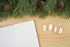 Hintergrund des neuen Jahres Notizbuch auf Tabelle mit Weihnachtstannenbaum mit Text 2015 Lizenzfreie Stockfotografie