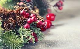 Hintergrund des neuen Jahres und des Weihnachten Weihnachtsrahmen mit Dekoration, Zweig der Kiefer, Kegel und Beeren Platz für Te Lizenzfreie Stockfotografie