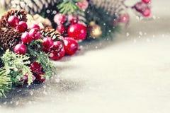 Hintergrund des neuen Jahres und des Weihnachten Weihnachtsrahmen mit Dekoration, Zweig der Kiefer, Kegel und Beeren Platz für Te Lizenzfreie Stockbilder