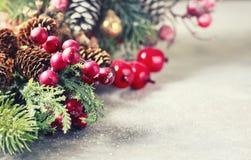 Hintergrund des neuen Jahres und des Weihnachten Weihnachtsrahmen mit Dekoration, Zweig der Kiefer, Kegel und Beeren Platz für Te Lizenzfreies Stockbild