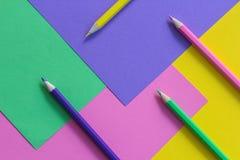 Hintergrund des Papiers und der Bleistifte Lizenzfreie Stockfotografie