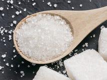 Hintergrund des raffinierten Zuckers auf Schwarzem stockfotos