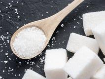 Hintergrund des raffinierten Zuckers auf Schwarzem lizenzfreie stockbilder