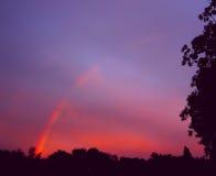 Hintergrund des Regenbogens sechs Mehrfarbenregenbogen auf dem blauen Himmel mit purpurrotem Sonnenuntergang Lizenzfreies Stockfoto