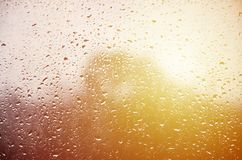 Hintergrund des Regens fällt auf ein Glasfenster Makrofoto mit flacher Schärfentiefe Getontes pictur stockbild