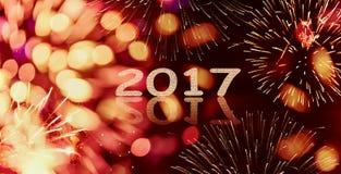 Hintergrund des Scheins und bokeh des Feuerwerks neuen Jahres mit 2017 geschrieben Lizenzfreie Stockfotografie