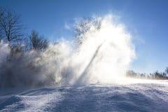 Hintergrund des Schneestaubes und des blauen Himmels Stockbild