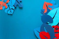 Hintergrund des Sommers tropische Betriebs Monstera lässt Rahmen Vibrierende Farben Papierschnittart lizenzfreie stockfotos