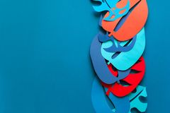 Hintergrund des Sommers tropische Betriebs Monstera lässt Rahmen Vibrierende Farben Papierschnittart Flache Lage Kopieren Sie Pla lizenzfreie stockfotos