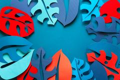 Hintergrund des Sommers tropische Betriebs Monstera lässt Rahmen Vibrierende Farben Papierschnittart Flache Lage Kopieren Sie Pla stockbilder