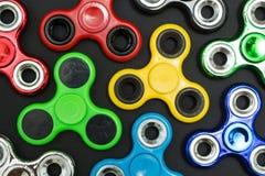 Hintergrund des Unruhefinger-Spinnerdruckes, Angstentlastungsspielzeug stockfotos