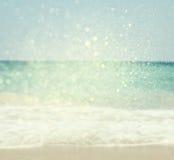 Hintergrund des unscharfen Strandes und der Meereswellen mit bokeh beleuchtet, Weinlesefilter Stockfotografie
