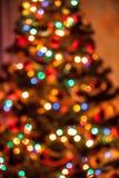 Hintergrund des Weihnachtsbaums mit glänzenden Lichtern Stockfotografie