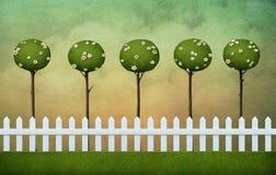 Hintergrund des Zauns, des Rasens und der Wolken Lizenzfreie Stockfotos