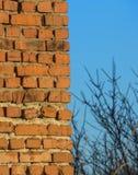 Hintergrund des Ziegelsteines und des Himmels stockfotografie