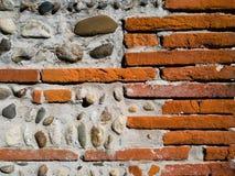 Hintergrund einer Wand des Ziegelsteines und des Steins zementiert mit concret Stockfoto