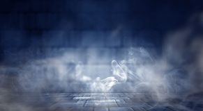 Hintergrund eines leeren dunkel-schwarzen Raumes Leere Backsteinmauern, Lichter, Rauch, Glühen, Strahlen lizenzfreie abbildung