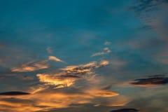 Hintergrund eines Sonnenunterganghimmels während der goldenen Stunde lizenzfreies stockfoto