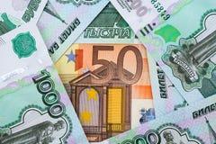 Hintergrund 50 Euro- und 1.000 russische Rubel Lizenzfreie Stockbilder