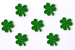 Hintergrund für St- Patrick` s Tag für Entwurf mit Klee Klee getrennt auf weißem Hintergrund Irische Symbole des Feiertags Ther lizenzfreie abbildung