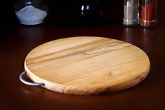 Hintergrund für Teller, hölzernes Schneidebrett auf dem Tisch setzen lizenzfreie stockfotos