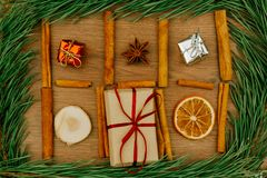 Hintergrund für Weihnachten und neues Jahr Glücklicher Mann genießt an den Feiertagen in dem Meer lizenzfreies stockbild