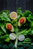 Hintergrund in Form von Frischgemüse und Frucht in einem rustikalen Stockfotografie