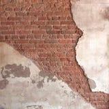 Hintergrund gebrochene Wand mit schmutzigem Gips und altem Ziegelstein Stockfoto