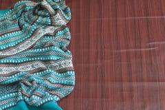 Hintergrund gebunden mit blauem Strickjacke Holztisch Lizenzfreies Stockfoto