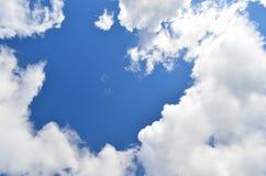Himmel- und Wolkenhintergrund Stockfotos