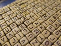 Hintergrund gemacht von den hölzernen Würfeln mit den Buchstaben, die das Wort VA bilden Lizenzfreie Stockbilder
