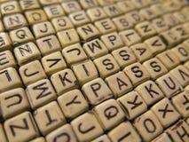 Hintergrund gemacht von den hölzernen Würfeln mit Buchstaben, mit den Wörtern Kis Lizenzfreies Stockfoto