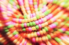 Hintergrund gemacht von den multi farbigen Perlen mit unscharfem Effekt Lizenzfreie Stockfotografie