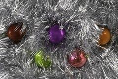 Hintergrund gemacht von den Weihnachtsbällen und -lametta stockbild
