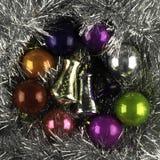 Hintergrund gemacht von den Weihnachtsbällen und -lametta stockfoto