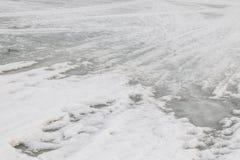Hintergrund Geschmolzener Schnee auf dem Fluss Weiß-graue Farbe lizenzfreie stockbilder