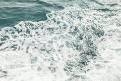 Hintergrund geschossen von der AquaMeerwasseroberfläche Stockfotos