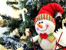 Hintergrund glückliche Schneemann und des Weihnachtsbaums Stockbilder