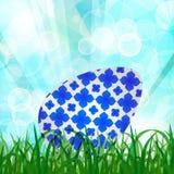 Hintergrund Grün des natürlichen Frühlinges mit grünem Gras, Osterei, SU Stockfotografie